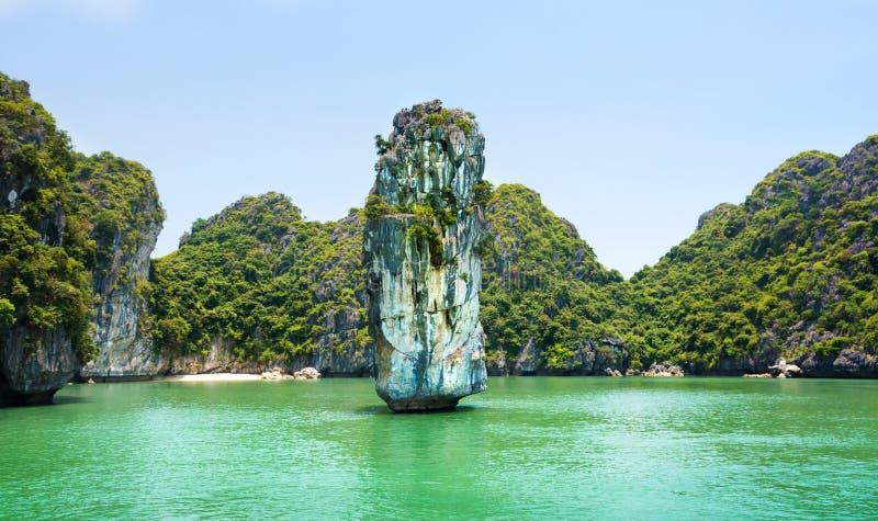 Wapień kołysa i spokojny morze Halong zatoka, Wietnam fotografia stock