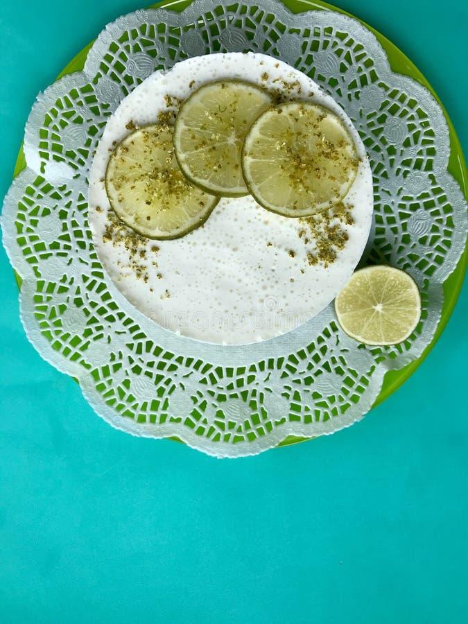 Wapna cheesecake bez piec Dekorujący z wapno plasterkami Przeciw tłu nowy kolor fotografia stock