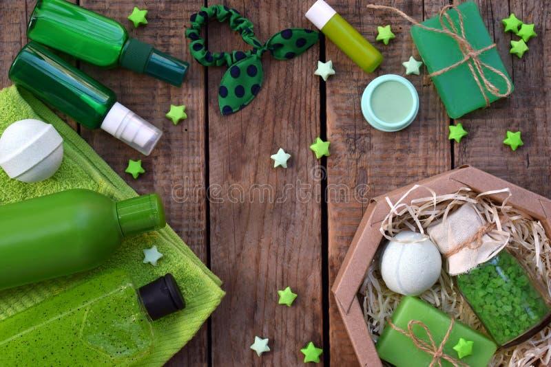 Wapni nowych składu piękna traktowania produkty w zielonych kolorach: szampon, mydło, kąpielowa sól, ręcznik, olej Różnorodni kąp zdjęcie stock