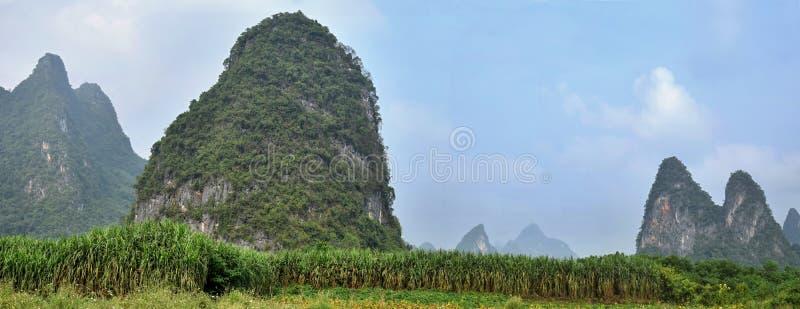 Wapni wzgórza kropkuje wś Yangshuo w Guangxi regionie autonomicznym Chiny fotografia royalty free