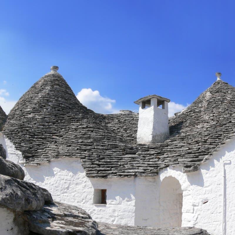Wapnia dach Trullo z kominem w Alberobello Włochy zdjęcia royalty free