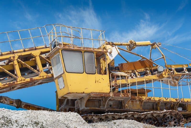 Wapnia górniczy wyposażenie, żółty pojazd Przemysłowy żwiru łup zdjęcia stock
