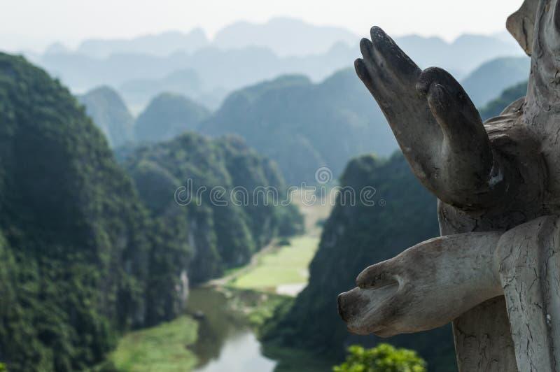 Wapnia krajobraz z Zalewającymi Ryżowymi irlandczykami statuą i, Wietnam obraz stock