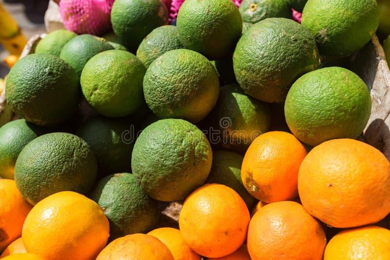 Wapno i pomarańcze w stosie Zamyka w górę, selekcyjny fcus obrazy stock
