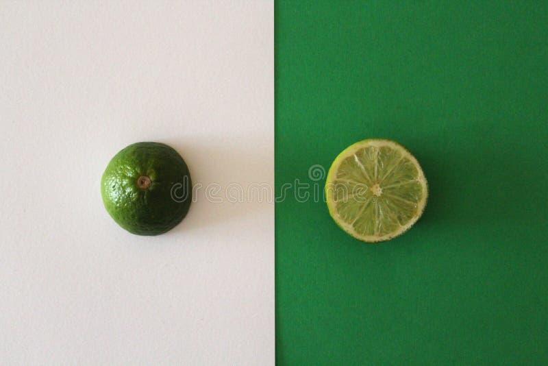 Wapno plasterki na zielonym i białym tle zdjęcie royalty free