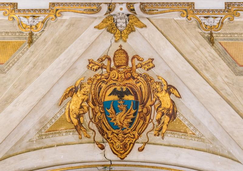 Wappen Papstes Paul V. in der Basilika von Santa Maria Maggiore in Rom, Italien lizenzfreie stockfotografie