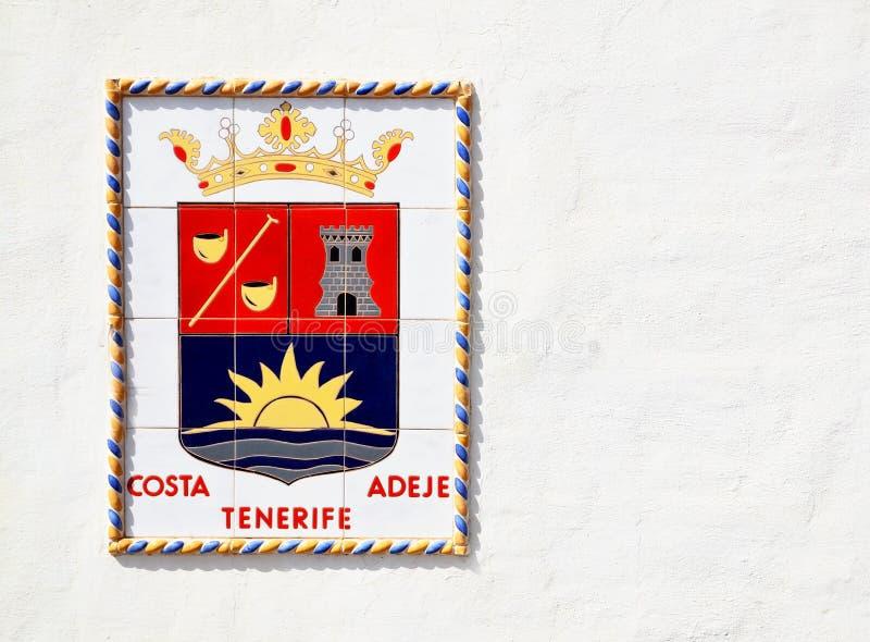 Wappen von Costa Adeje auf weißem Wandhintergrund in Playa De-las Amerika, Teneriffa, Kanarische Inseln, Spanien lizenzfreies stockbild