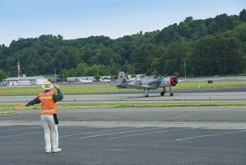 Warbird na pista de decolagem fotografia de stock royalty free