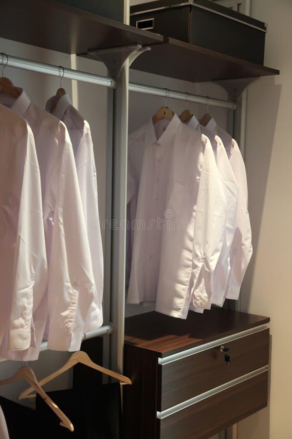 Wardrobe das camisas do Mens imagens de stock