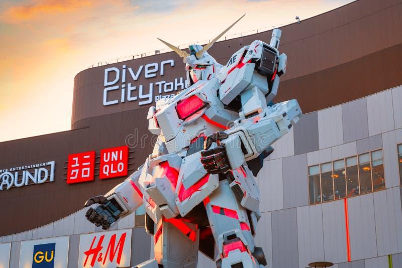 Ware grootte Mobiel kostuum rx-0 Unicorn Gundam bij Duiker City Tokyo Plaza in Tokyo, Japan stock foto