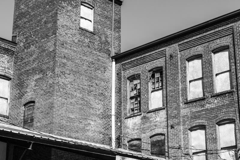 Warehouse automotriz anterior que espera para ser demolido - destrozo urbano II imagenes de archivo