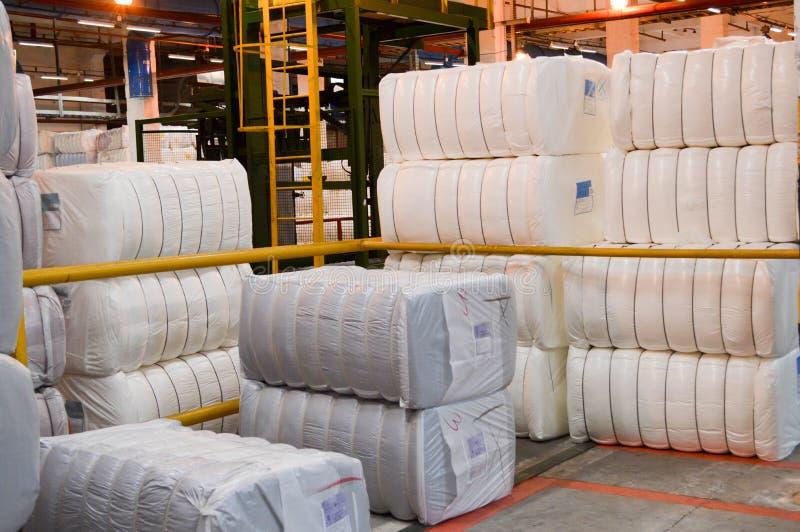 Warehouse con un manojo de bolsos enormes, blancos con la fibra de acrílico foto de archivo
