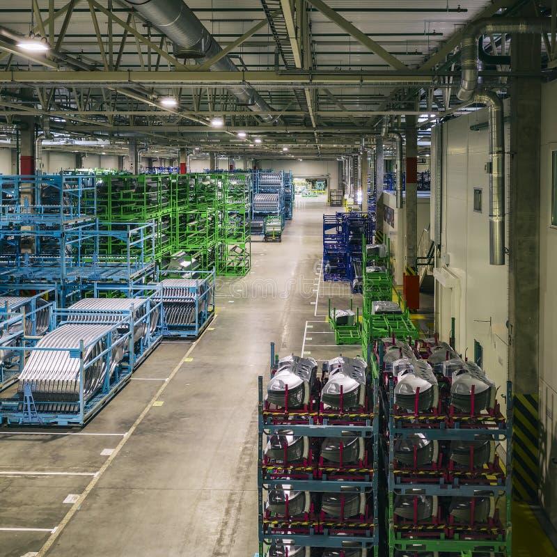 Warehouse de la planta del automóvil, componentes para los coches fotos de archivo