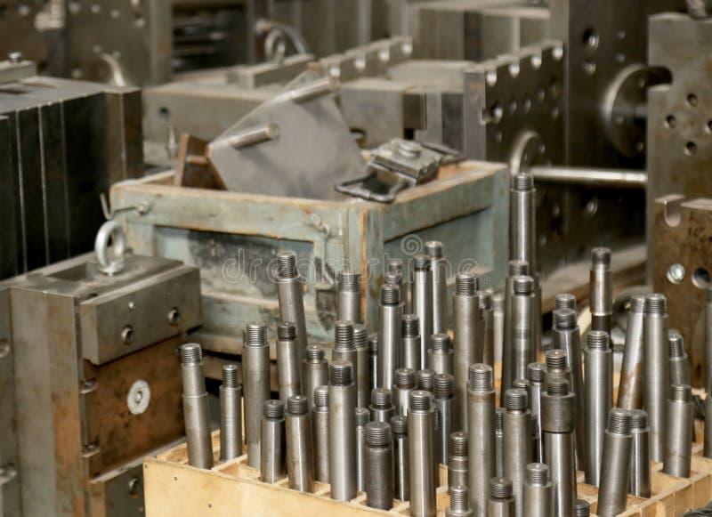 Warehouse metallworkpieces och föråldrade mekaniska plommoner för utrustning fotografering för bildbyråer