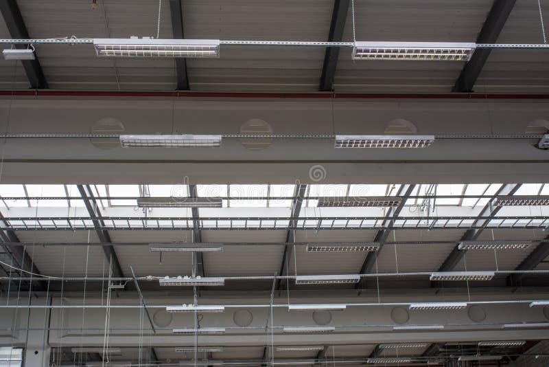 Warehouse o iluminación del techo del pasillo de la producción imagen de archivo libre de regalías