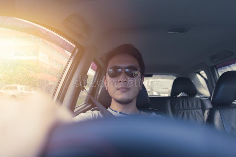Waren-Sonnenbrilleautofahren des asiatischen Mannes männliches lizenzfreie stockbilder