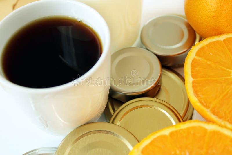 Warenabschluß oben mit Holz, Kaffee, Milch, Metall und Orangen lizenzfreie stockfotografie