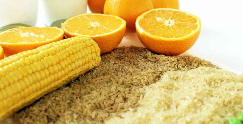 Warenabschluß oben mit Milch, Metall, Orangen, Mais, Reis und Sojabohnen stockbild