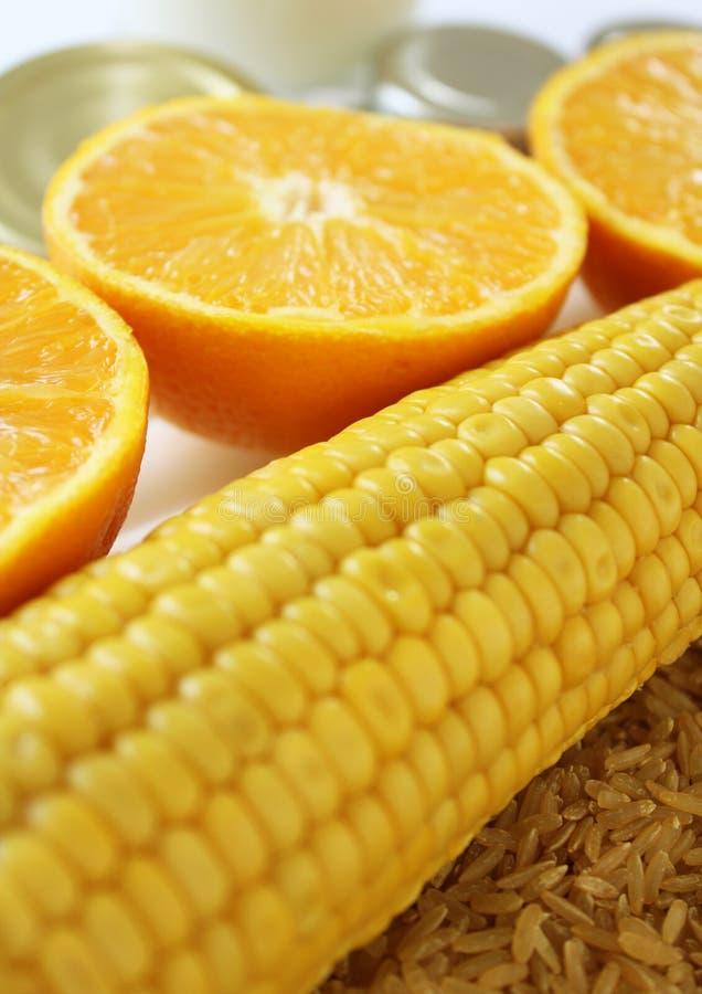 Warenabschluß oben mit Milch, Metall, Orangen, Mais und Reis stockbilder