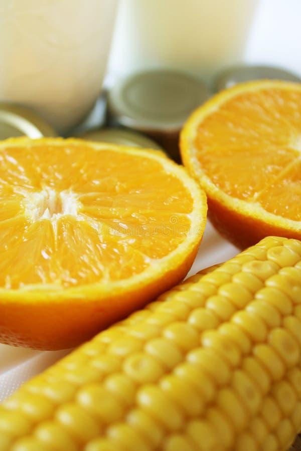 Warenabschluß oben mit Milch, Metall, Orangen und Mais lizenzfreie stockfotografie