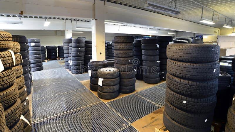 Warenhuis met autobanden in een garage - bandverandering stock fotografie