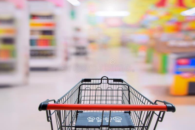 Warenkorb im Supermarkt mit safty Zeichen des Babys auf shoping Auto für Markt-Hintergrund lizenzfreies stockbild