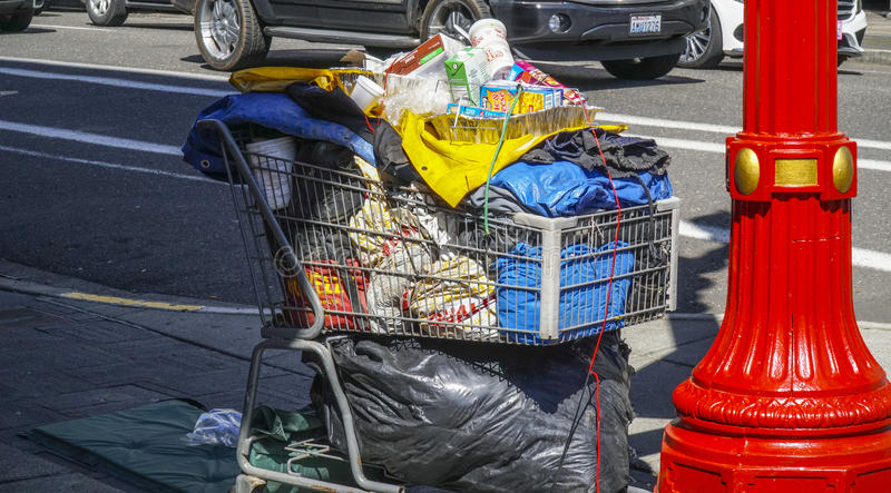 Warenkorb mit dem ganzem Eigentum des Obdachlosers in Portland - PORTLAND - OREGON - 16. April 2017 stockbilder