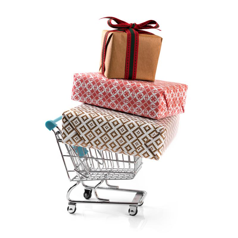 Warenkorb mit Stapel Geschenken lokalisiert auf Weiß lizenzfreie stockfotos