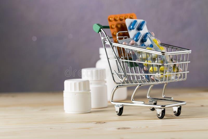 Warenkorb mit verschiedenen Tabletten und verschiedenem Tablettenfläschchen lizenzfreies stockbild