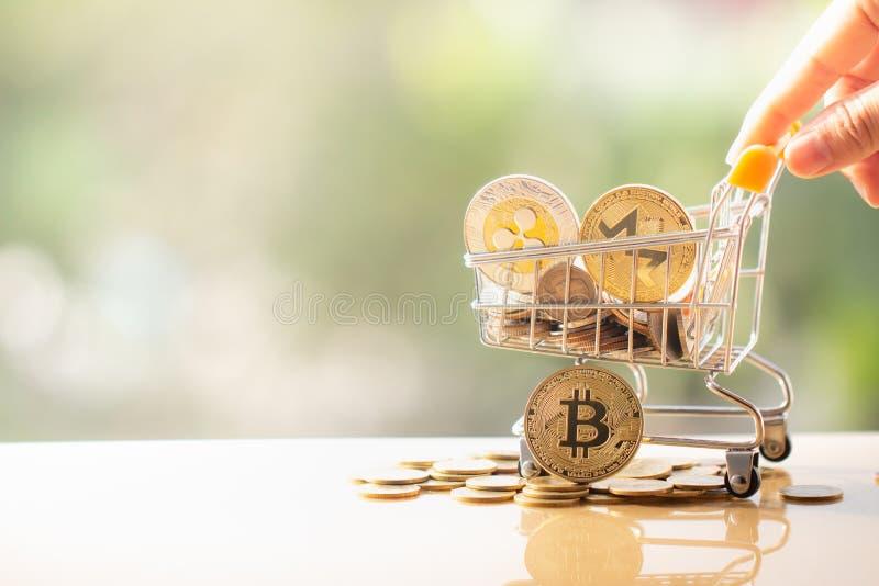 Warenkorb und bitcoin lizenzfreie stockfotos