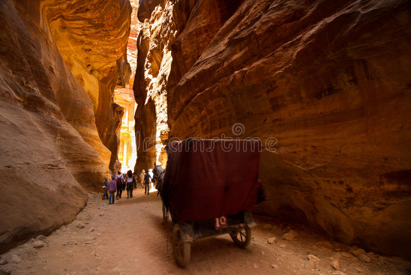 Warenkorb und Touristen im siq an PETRA, Jordanien lizenzfreie stockfotografie