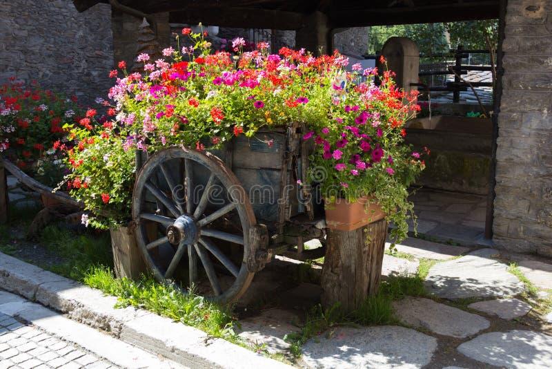 Warenkorb von Blumen lizenzfreies stockbild