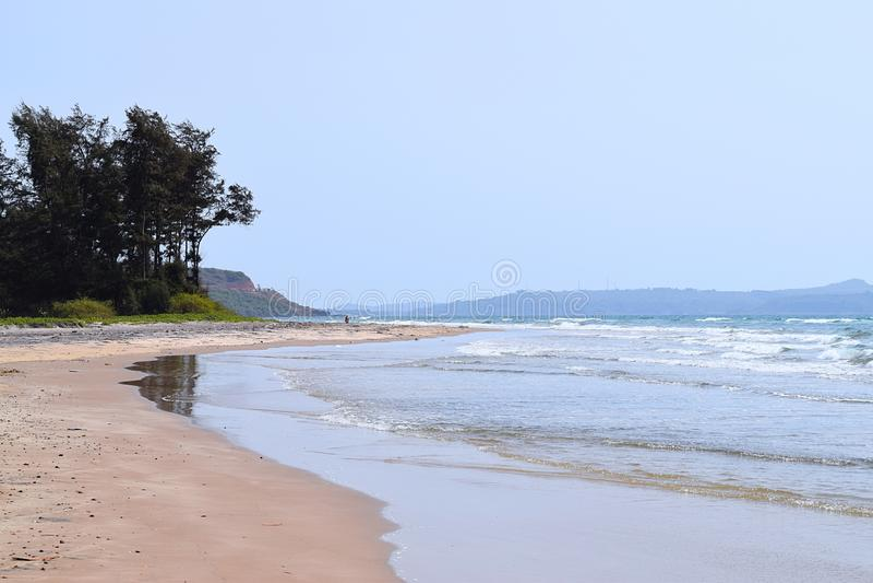 Warenstrand - een Rustig en Oorspronkelijk Strand in Ganpatipule, Ratnagiri, Maharashtra, India stock foto