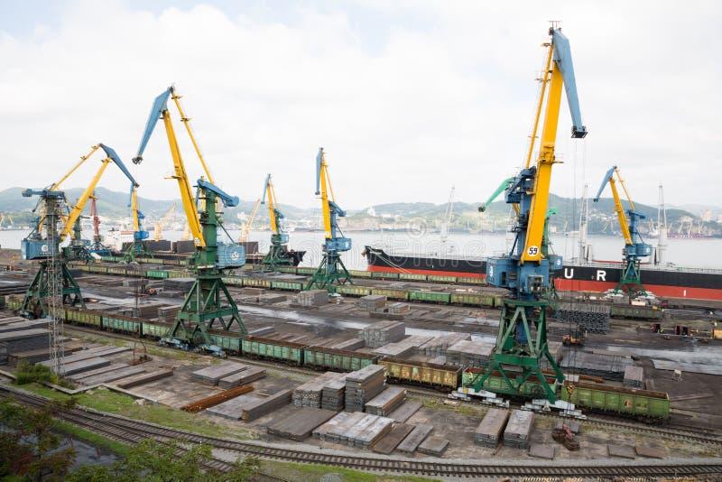 Warenumschlag des Metalls auf einem Schiff in Nachodka, Russland stockbilder