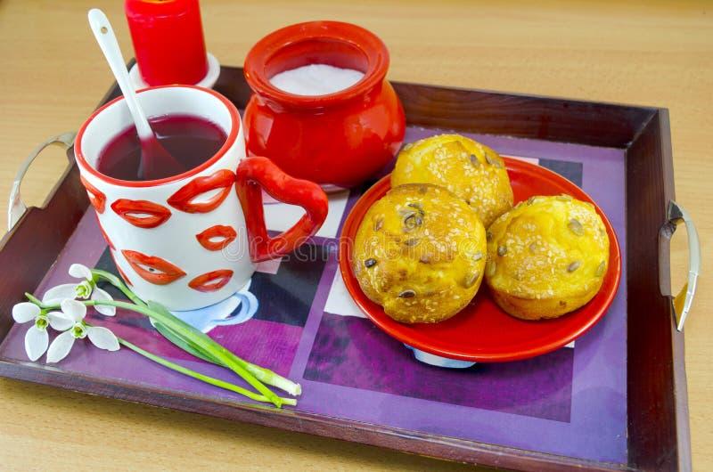 Warga deseniujący herbaciany kukurydzany chleb i kubek fotografia stock