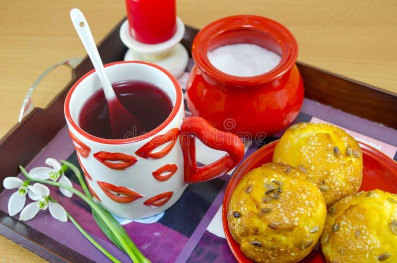 Warga deseniujący herbaciany kukurydzany chleb i kubek zdjęcie royalty free