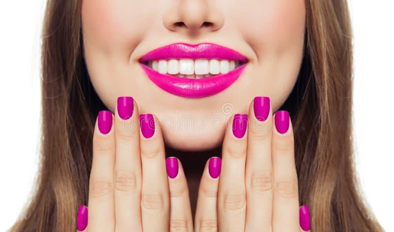 warga gwo?dzie Kobieta dotyka jej policzki jej ręki z manicure gwoździami Różowa kolor pomadka i gwoździa połysk zdjęcie stock