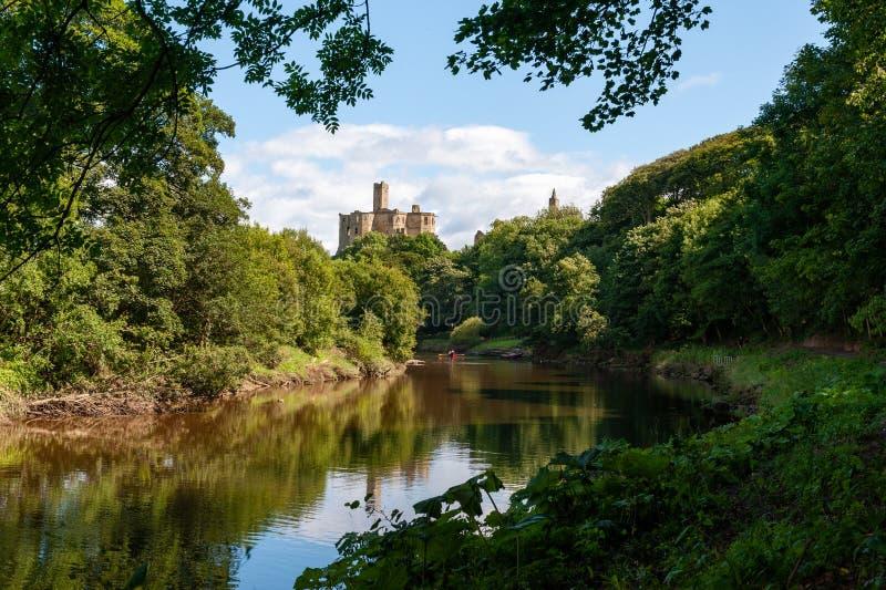 Warkworth Castle en de River Coquet in Morpeth, Northumberland, VK op een zonnige dag stock afbeelding