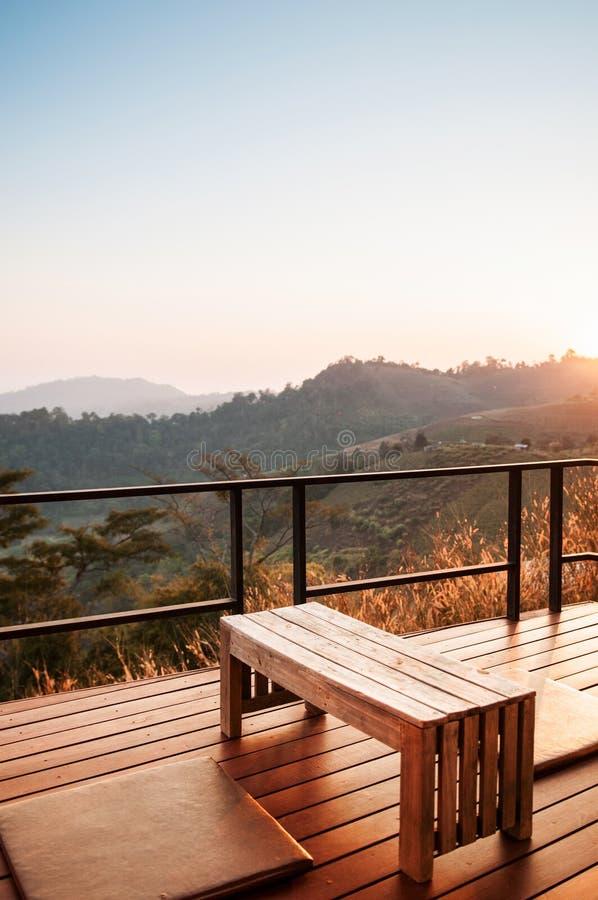 Warm comfortabel balkon met bergmening in ochtend of avond, Logboek royalty-vrije stock fotografie