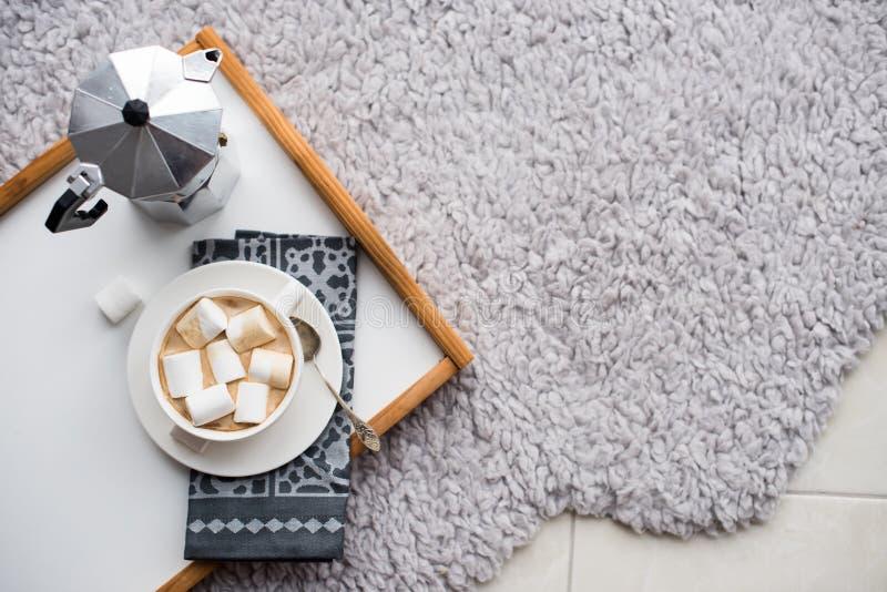 Warm comfortabel huis Dienblad en kop van koffie met heemst stock afbeelding