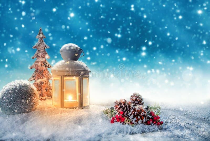 Warm kaarslicht in een sneeuw de winterlandschap royalty-vrije stock afbeelding