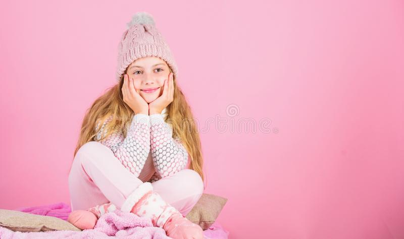 Warm klerenconcept Houd warm en comfortabel Warme toebehoren die u deze winter comfortabel zullen houden De slijtage van het jong stock foto's