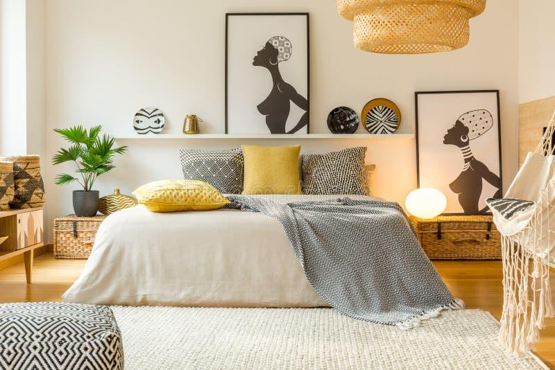 Warm modern slaapkamerbinnenland stock fotografie