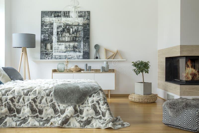 Warm slaapkamerbinnenland met open haard stock foto