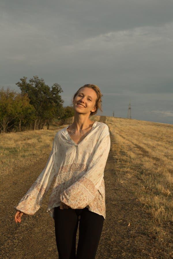Warm zonnig portret van jonge gelukkige vrouw royalty-vrije stock afbeeldingen