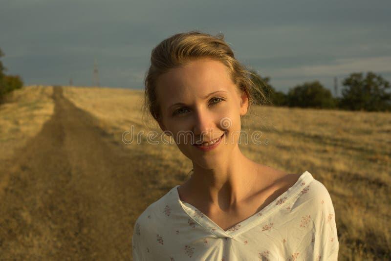 Warm zonnig portret van jonge vrouw royalty-vrije stock foto