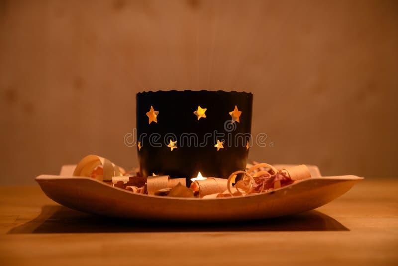 Warme de thee lichte kaars van stemmingskerstmis op houten plaat stock afbeelding