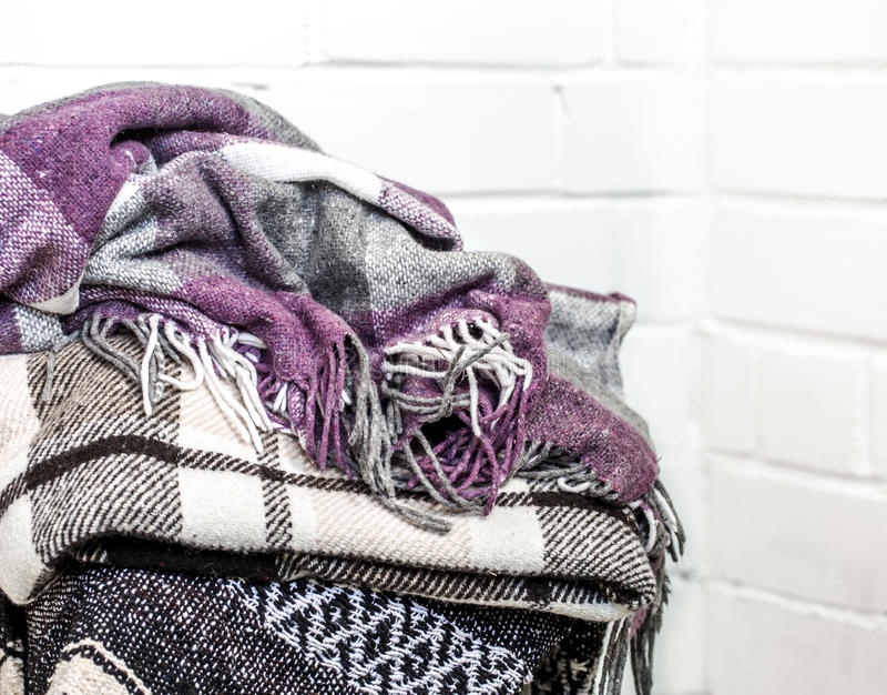 Warme Decken auf einem Stuhl stockbild
