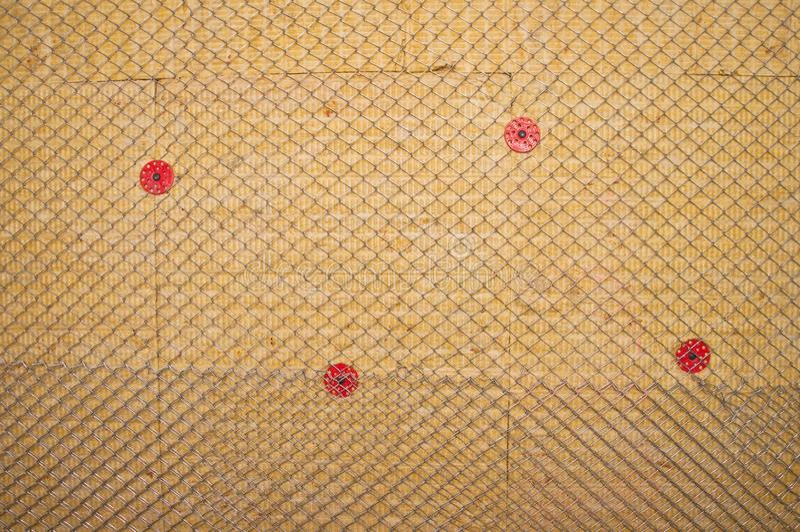Warme die muur met steenwol wordt geïsoleerd stock afbeelding