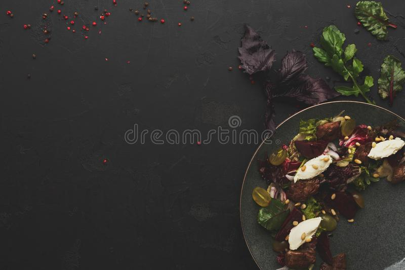 Warme die salade met bieten en kaas bij restaurant wordt gediend stock afbeeldingen